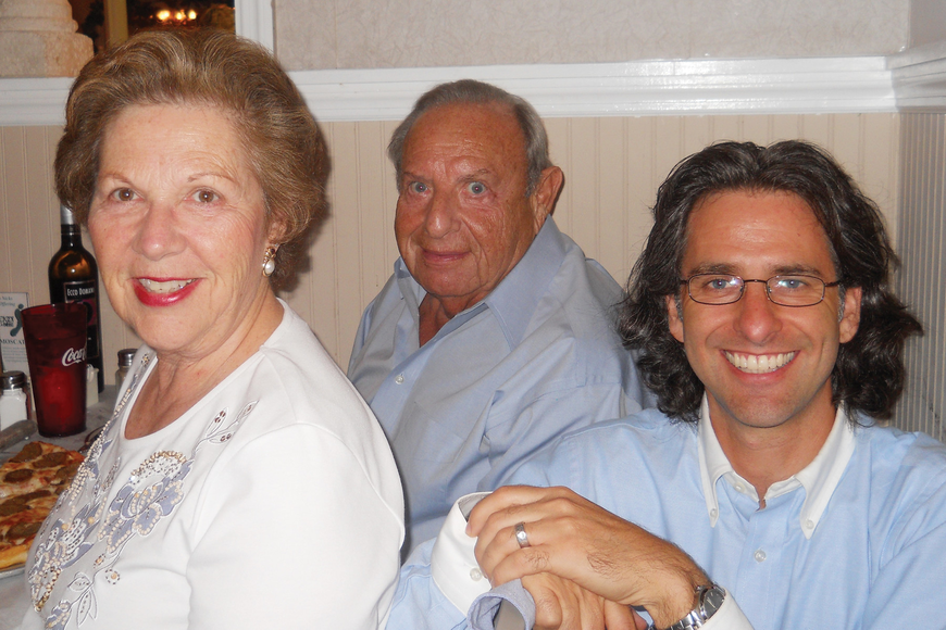 Key residents Elliott and Judy Sauertieg join Rabbi Brenner Glickman for dinner. Courtesy photo.