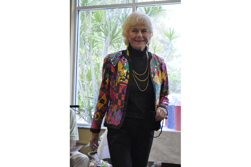 Betty Rieger looked stunning in a printed jacket.