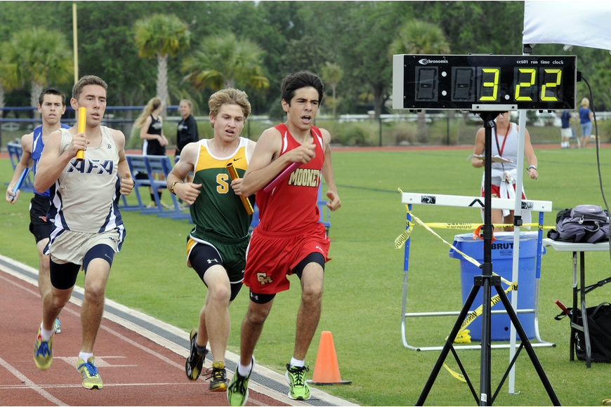 Cardinal Mooney junior Aristotle Contis makes up ground in the second leg of the 4x800 relay.