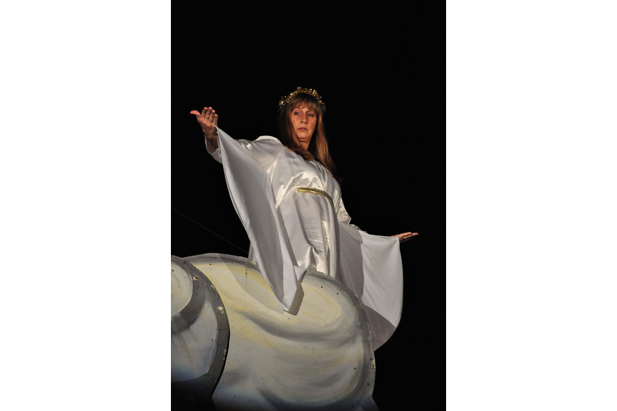 Donna Arakel, an angel, tells Joseph to name his unborn son Jesus.